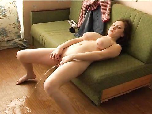 Сучка писает с дивана прямо на пол