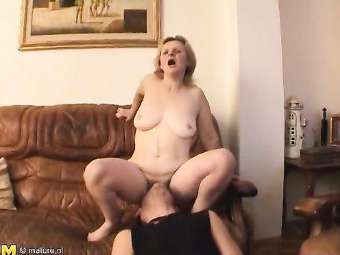 Сын полюбил лизать влагалище у матери