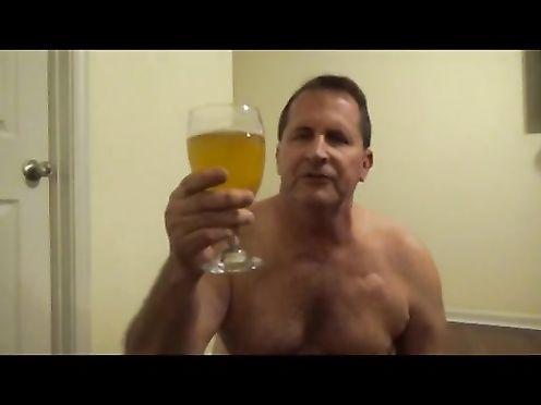 Мужик пьёт свою мочу из бокала