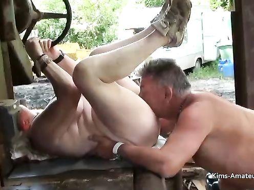 Сын трахает мать в деревне на тракторе