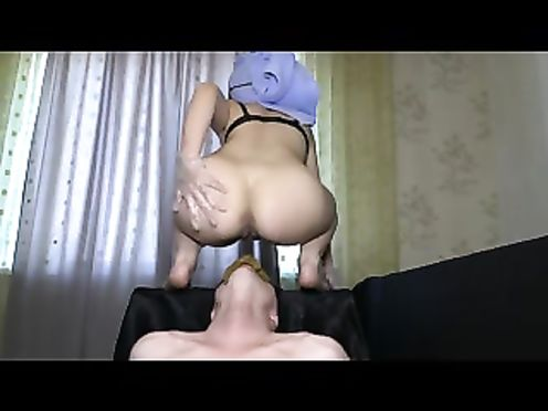 Жена какает мужу в рот и заставляет его лизать жопу