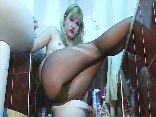 Женщина какает в колготки сидя на унитазе
