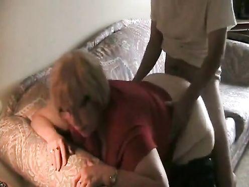 Очкастая мать не против трахнуться с сыном после приёма вина