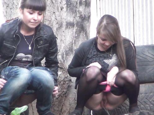 Девушки писают на улице во время городского праздника