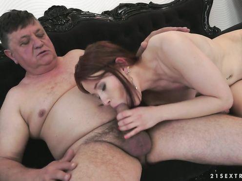Наглый отец заставил дочь вступить с ни в интимную связь