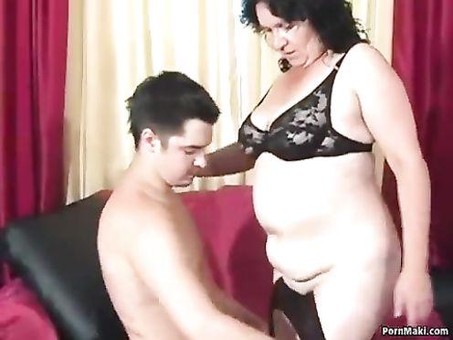Перед сексом сына и матери они выпили немного коньячку