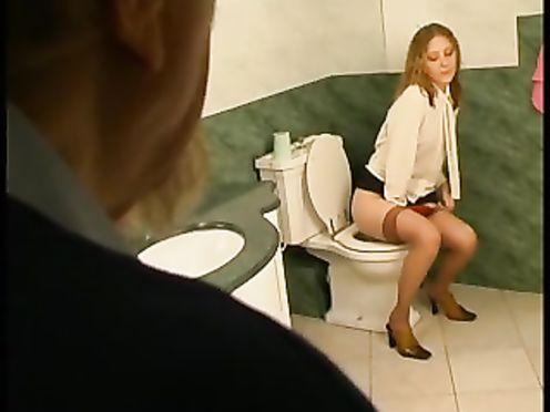 Дед подсматривает за внучкой как она писает в туалете