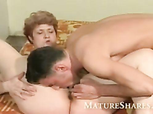 Сын лижет вагину у матери перед сексом