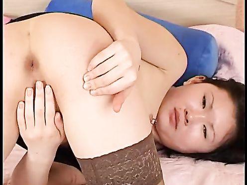 Молодая казахская девушка мастурбирует свою киску