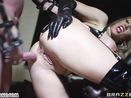 Белокурая госпожа в коже заставила мужчину ебать ее в жопу