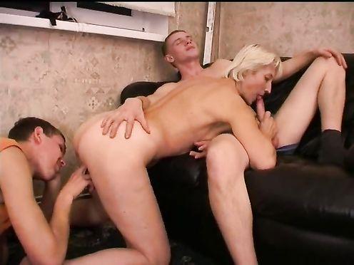 Старший и младший брат устроили маме хороший секс