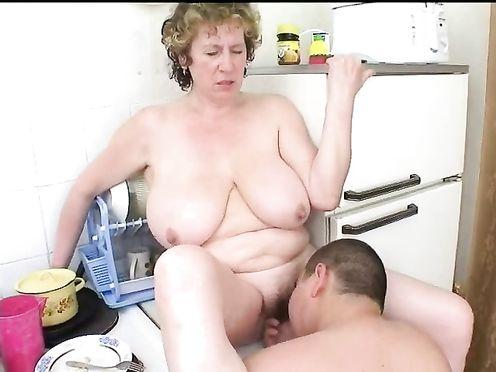 Зрелая мама трахается с жирным сыном на кухне