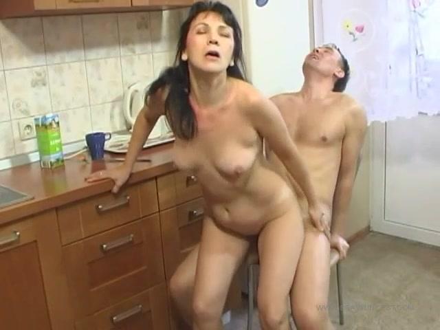 Мама учит сына и его девушку взрослой жизни порно