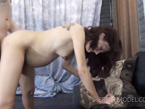 Русскую беременную женщину трахают в позе прачки