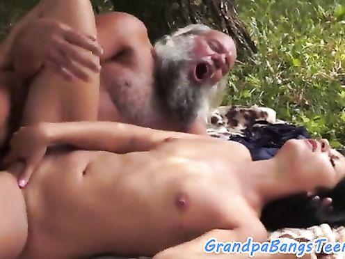 Дед трахнул внучку на рыбалке