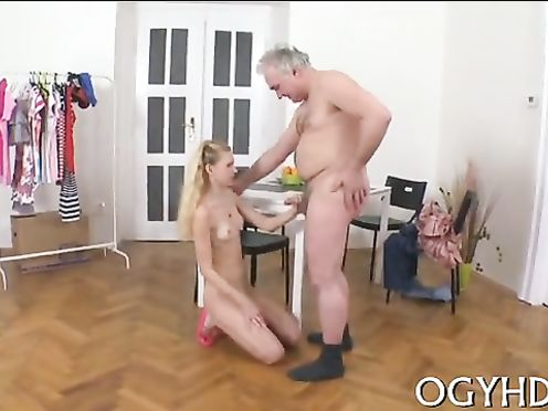 Худенька дочка наградила минетом отца