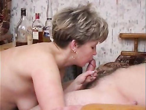 Сильно пьяная мать дала себя трахнуть сыну и соседу