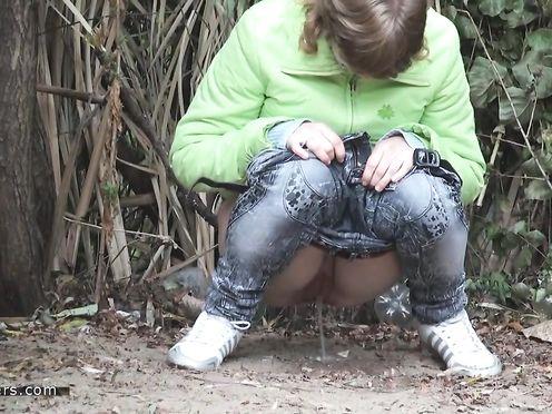 Девочка писает в кустах большой струёй мочи