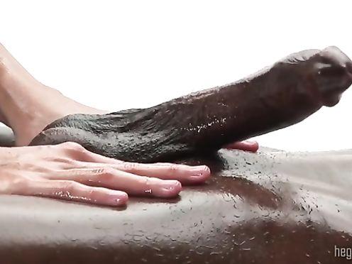 Массажистка дрочит черный елдак во время массажа