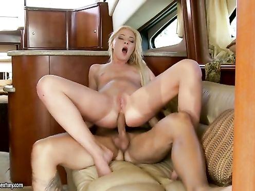 Блондинка сосет и трахается с мажорами на яхте