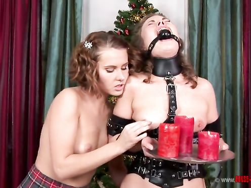 Молодая госпожа обливает горячим воском рабыню