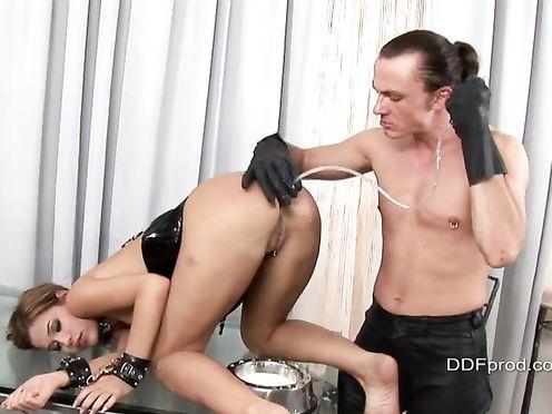 Заливает в анал своей рабыне молоко