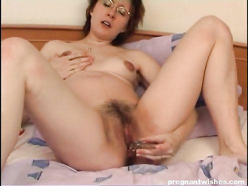 Беременная дрочит свои дырочки дилдо