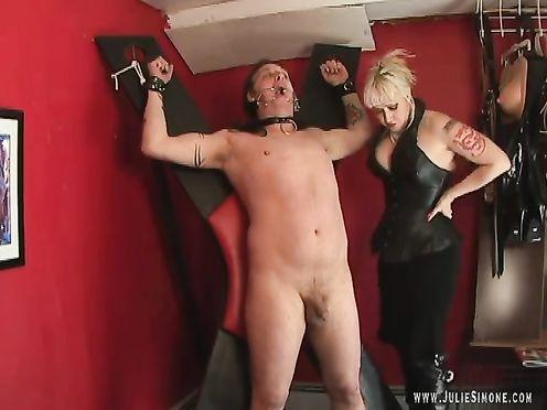 Зрелая госпожа унижает толстого раба на кресте