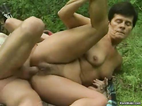 Ебля матери и сына на свежем воздухе в лесу