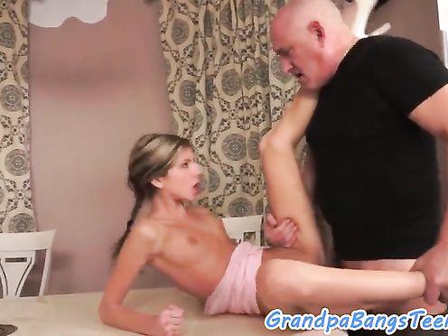 Лысый папаша трахает свою глупую дочку за плохие оценки