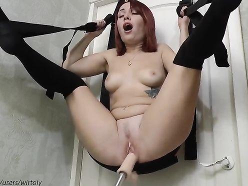 Молоденькую девчонку очень быстро ебёт секс машина