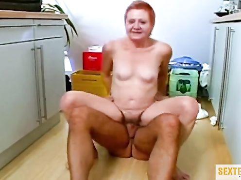 Старая домохозяйка присела на молодой член