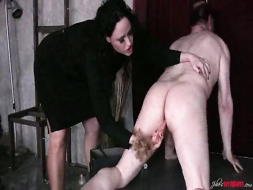 Дерзкая госпожа трахает мужика куклой в жопу
