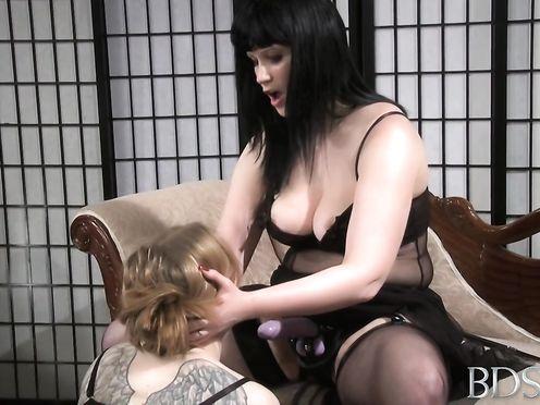 Госпожа отшлепала рабыню и выебала ее страпоном в рот и письку