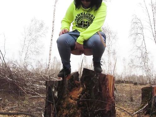 Русская девочка села на пенёк и стала писать на землю