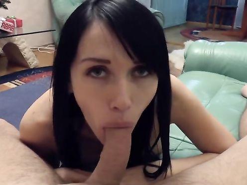 Брюнетка отсосала и дала парню под елкой в домашнем порно видео