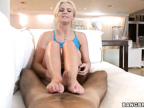 Чувак полизал, выебал и кончил на ножки девке в домашнем порно