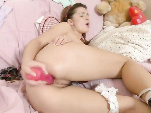 Девушка с косичками мастурбирует свои узкие дырочки самотком