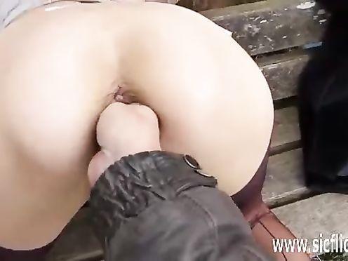 Жесткий вагинальный фистинг для блядовитой блонды в парке