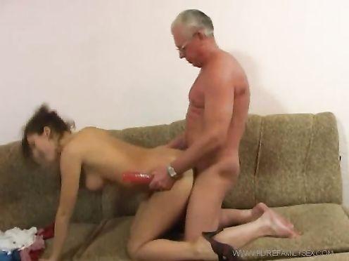Престарелый отец поимел дочь секс-игрушкой и выебал