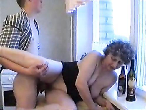 Зрелая мать совратила пьяного сына потрахаться на столе