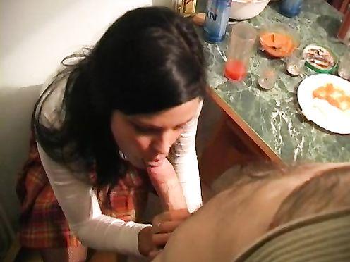 Русский мужик выебал сочную подругу на кухне после выпивки