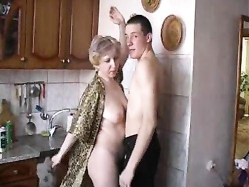 Взрослый русский сын вставил пьяной мамке член в рот на кухне