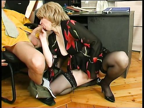 Зрелая секретарша соблазнила молодого шефа на секс в офисе