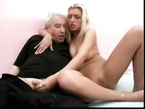 Голая внучка отсосала деду хуй и попрыгала на нем пиздой