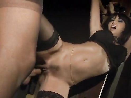 Красивую девку в чулках выебали в два смычка в БДСМ подвале