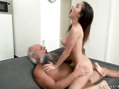 Дед получил полное удовольствие от секса с внучкой