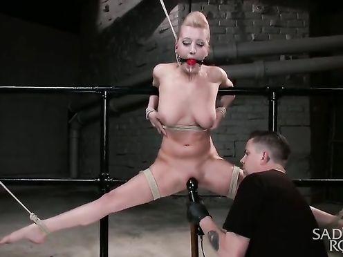 Жесткое связывание и мастурбация для красивой блондинки