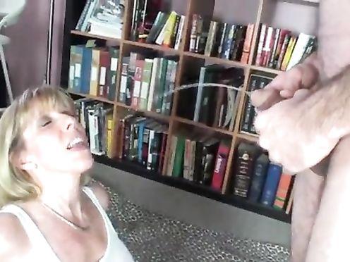 Сын пописал на мать прежде чем дать ей в рот половой член