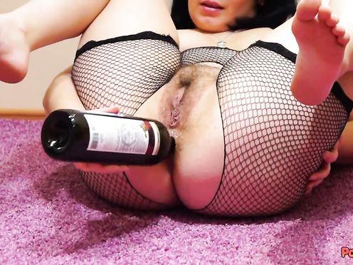 Брюнетка мастурбирует очко с помощью горлышка от бутылки